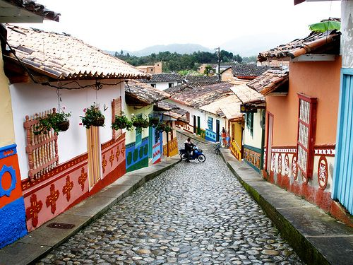 Calle de Guatapé, Colombia /Street in a Colombian town