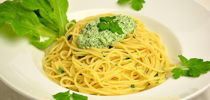 Maukas pinaatti kermaiseen ricottaan sekoitettuna ja alla sitruunaisen pirteä pasta. Yksinkertaista ja hyvää kasvisosastolla.