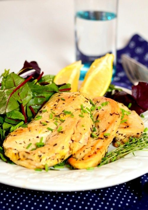 Fokhagymás-citromos csirke     Hozzávalók 2 személyre     50 dkg csirkemellfilé     a páchoz:     1 gerezd szeletelt fokhagyma     1 citrom leve és reszelt héja     kakukkfű     só     őrölt bors     a sütéshez: kókuszzsír vagy olívaolaj  A pác hozzávalóit összekeverjük, és a megmosott, vékony szeletekre vágott húst beleforgatjuk. Legalább 30 percre félretesszük, de akár 1 napra is a páclében hagyhatjuk, ez esetben hűtőben tároljuk. Felforrósított kókuszzsíron mindkét oldalukat pirosra…
