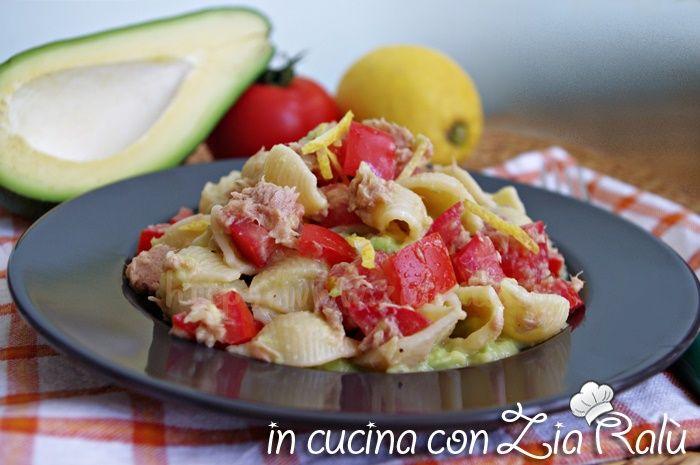 La pasta avocado tonno pomodoro e limone è un primo piatto fresco leggero e molto molto buono. Ideale anche per chi è a dieta