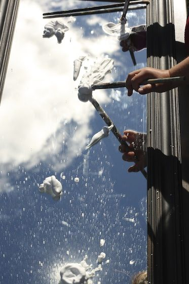 Pintemos con espuma de afeitar y hagamos nubes / painting clouds on a mirror - happy hooligans - mirror play sensory art