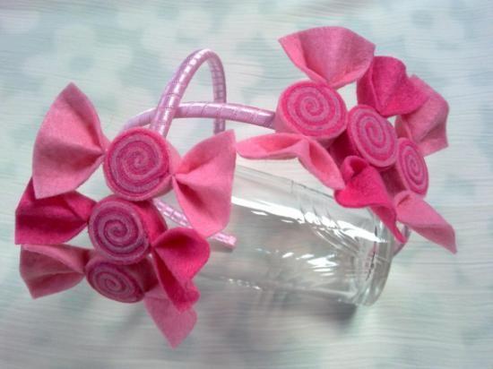 Diadema forrada de raso, adornada con tres caramelos de fieltro, en dos tonos de rosa. Elige tu color...