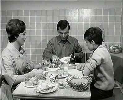 """Till, der Junge von nebenan ist eine Fernsehserie, die am 19. November 1967 im ZDF startete. Till, der Junge von nebenan war die erste eigen produzierte Jugendserie des ZDF und ein großer Publikumserfolg, der einen Spitzenwert von 23,48 Millionen Zuschauern Sehbeteiligung bei der Folge """"Der Vertrauensbruch"""" (Erstausstrahlung am 17. Dezember 1967) erreichte. Aufgrund dieses Erfolgs entschied die Leitung der ZDF-Hauptredaktion Familie und Jugend, jedes Jahr eine neue Jugendserie zu…"""