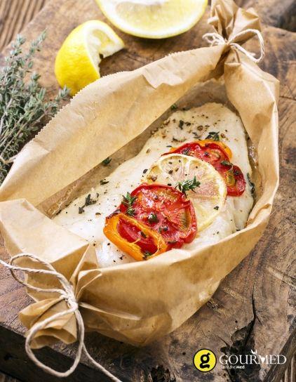 Παστός μπακαλιάρος με ντομάτα και θυμάρι στην λαδόκολλα - gourmed.gr
