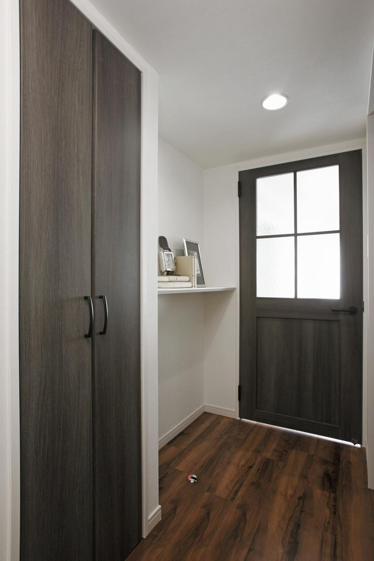 廊下には便利な収納+おしゃれな飾棚。明るい框ドア。