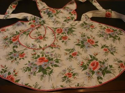 New York Vintage Linens: Vintage Aprons - Memories of holiday family dinners. Who can forget Lucy and June Cleaver?