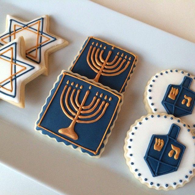 Hanukkah Sugar Cookies. #cookiesandcakesbyelizabeth #cookiesofinstagram #decoratedcookies #decoratedsugarcookies #sugarcookies #hanukkah #hanukkahcookies