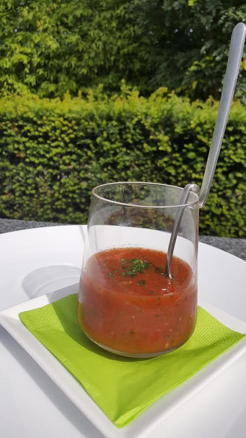 Dit koude Spaanse soepje komt van oorsprong uit de zuidelijke regio Andalusië. Mijn zus Heidi verraste mij met deze zomerse variant waar watermeloen is aan toegevoegd. Klink misschien een beetje vreemd maar heel erg lekker.