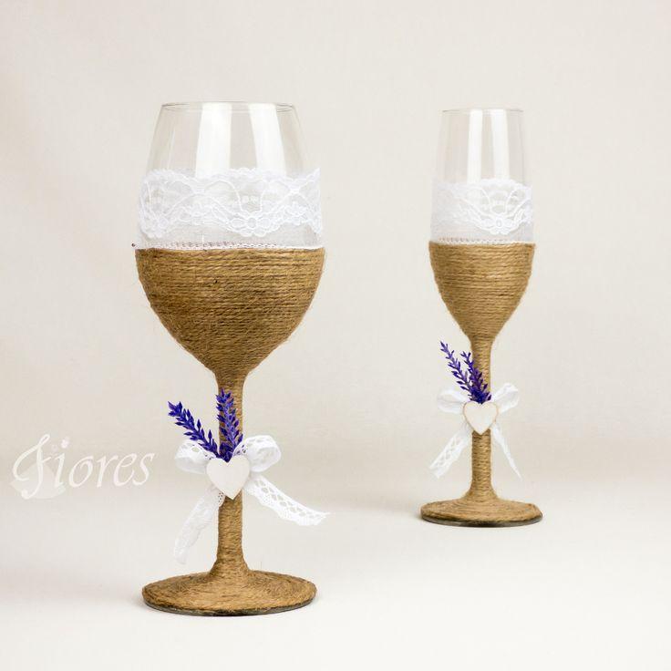 """Vintage svadobné poháre """"Vôňa levandule""""  jedinečná a my túžime, aby ste sa tak cítili v každej maličkosti. Vytvorili sme pre Vás tento svadobný pohár, ktorý nemusí zostať iba kusom skla, ale verte či nie dokáže o Vás veľa vypovedať."""