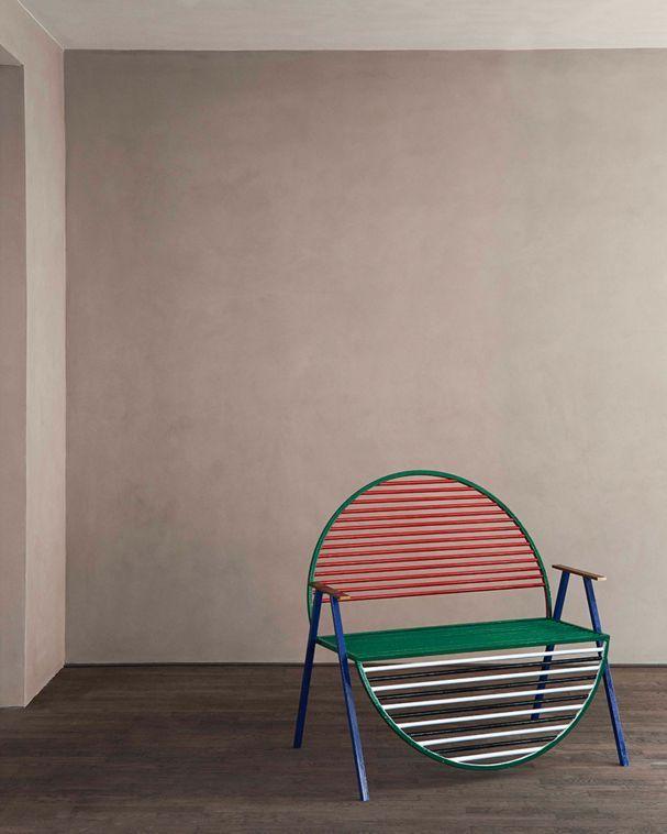 Inspiriert von Farben und Kitsch der Mailänder Gruppe Memphis hat der dänische Architekt Kevin Hviid eine Bank entworfen, die geschickt mit Form und Funktion spielt.