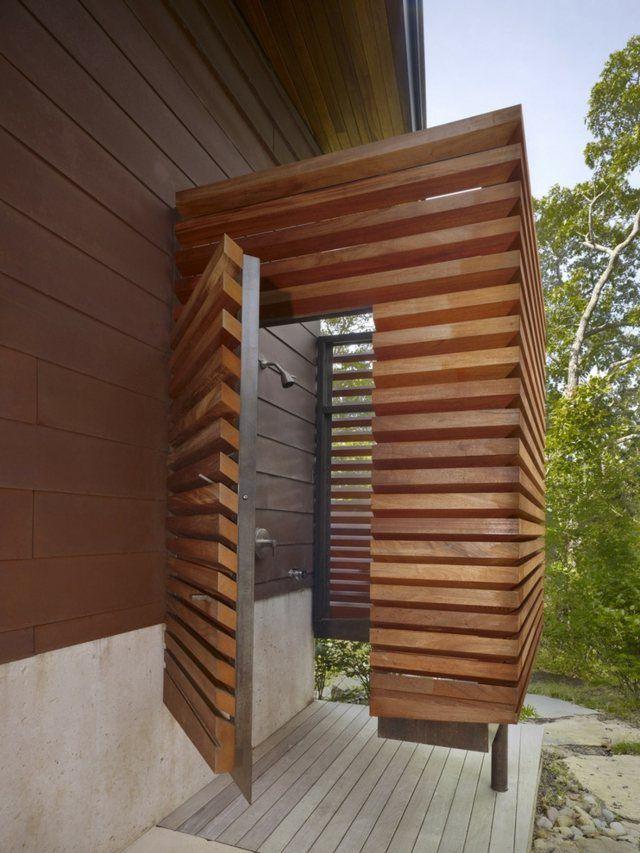 une cabine de douche en bois dans le jardin