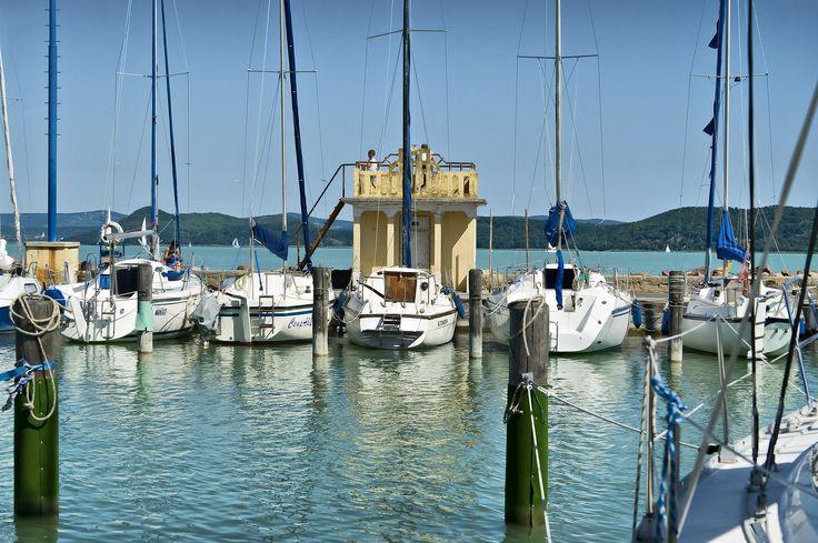 """Vitorlázás Balatonföldváron _____________________________ """"Ismerje meg városunkat és a Balatont a vitorlázás élményén keresztül. Kikötőnkben - mely a Balaton legnagyobb vitorláskikötője - vitorláshajók óriási választéka áll az érdeklődők rendelkezésére."""""""