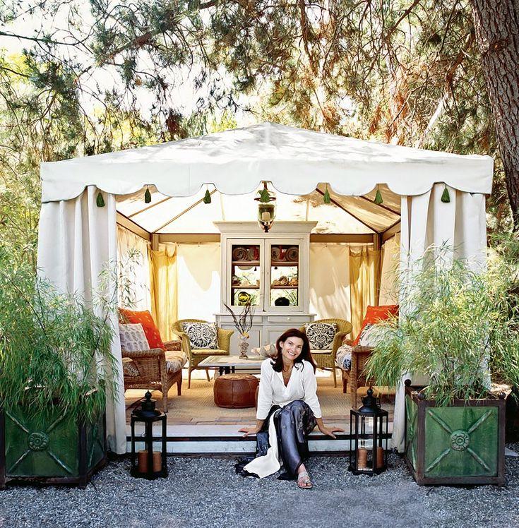 Un tivoli fermé de rideau dans le jardin, pour un salon de thé extérieur d'esprit bohème, ou méditerranéen...
