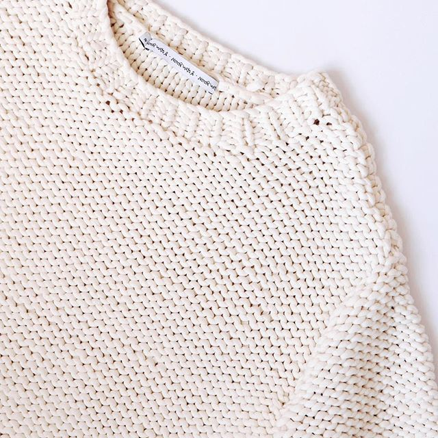 Winter is coming, time to get cozy in this beautiful @andotherstories knit 💛. Shop it via the link in our bio! #blgshp #otherstories #knit #winter  #yourdailytreat