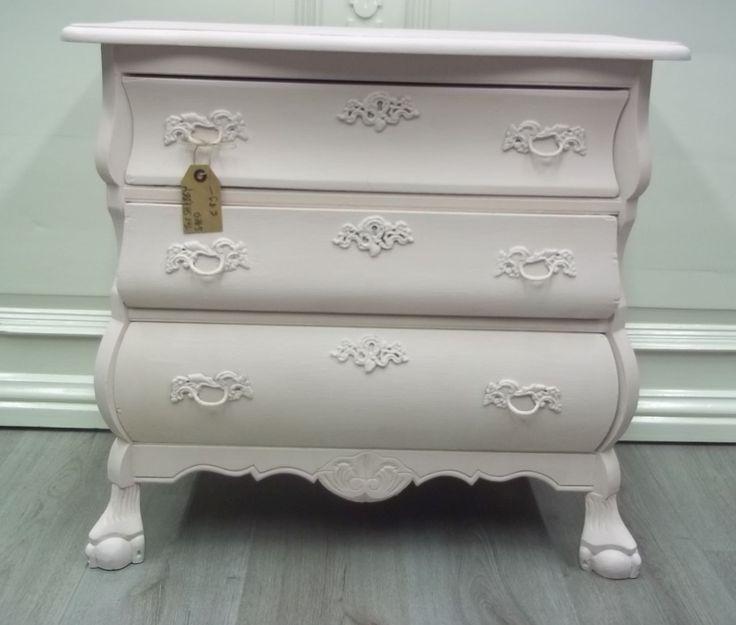 Buikkastje Antoinette. Dit buikkastje is gedaan met Annie Sloan Chalk Paint met een menging van Antoinette en Old White. Afgewerkt met Soft Wax. Breed 68 cm - Diep 36 cm - Hoog 64 cm