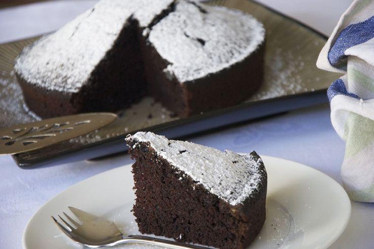 In una terrina miscela farina, zucchero, cacao, bicarbonato e un pizzico di sale. Aggiungi l'olio, l'acqua e i semi di vaniglia che hai precedentemente...