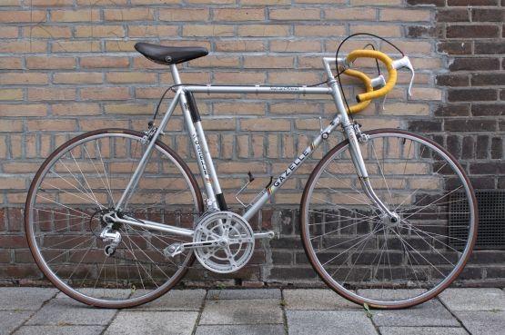 Deze fiets uit de jaren '80 is in nieuwstaat en wordt aangeboden inclusief bidonhouder en originele fietspomp, al verwachten wij dat je die voorlopig niet nodig zal hebben. Deze fiets is namelijk, zoals je van ons gewend bent, voorzien van nieuwe binnen