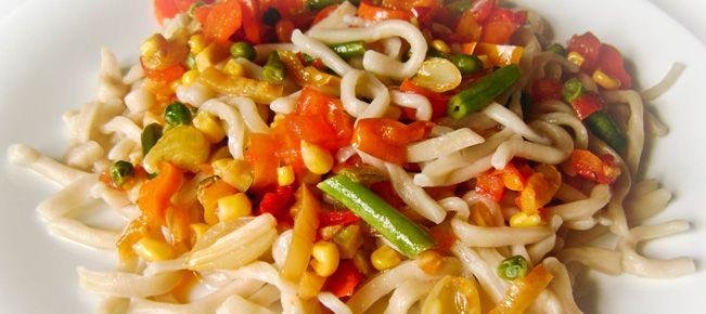 Лапша овощная (постная) ======================== Быстро, сытно, аппетитно - горячая постная лапша с овощами. Композиция овощей - по вашему вкусу :-)