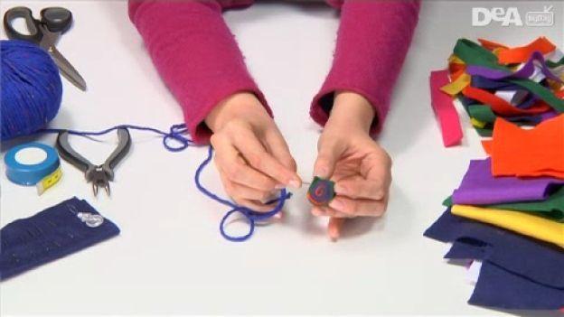 Collane fai da te: Collana di feltro Metti in risalto il tuo look con questa collana colorata: semplice, low cost e di grande effetto.