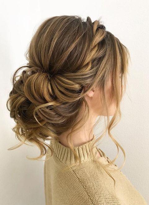 Verschiedene Möglichkeiten, ideales unordentliches Haarknoten-Brötchen-Haar zu organisieren