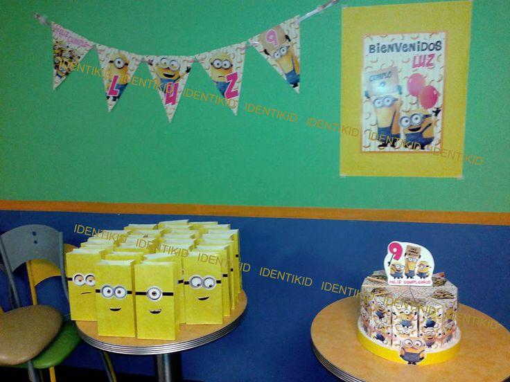 Fiesta temática personalizada Minnions Banderin, individuales, carteles de torta, bolsitas, torta souvenir, de cajas en forma de porcion de torta con golosinas, cartel de bienvenida, invitaciones www.facebook.com/identikid tuidentikid@yahoo.com.ar
