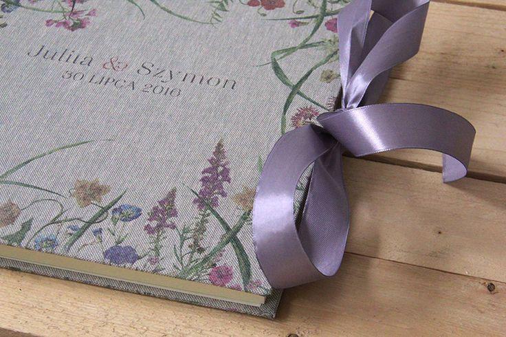 Wasz ślub to wyjątkowe i niepowtarzalne wydarzenie... warto zadbać o piękne pamiątki :) księga gości weselnych obita płótnem nie tylko zachęci gości do wpisów, ale będzie cudowną pamiątką na długie lata!  Księga dostępna w sklepie internetowym Madame Allure.