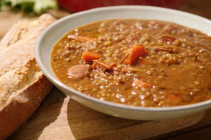 Linzen komen langzaam maar zeker terug. Ze zijn gezond en lekker, zeker in deze stevige Spaanse soep met chorizo. Het spreekwoord 'de volgende dag is het nog lekkerder' is hier zeker van toepassing.
