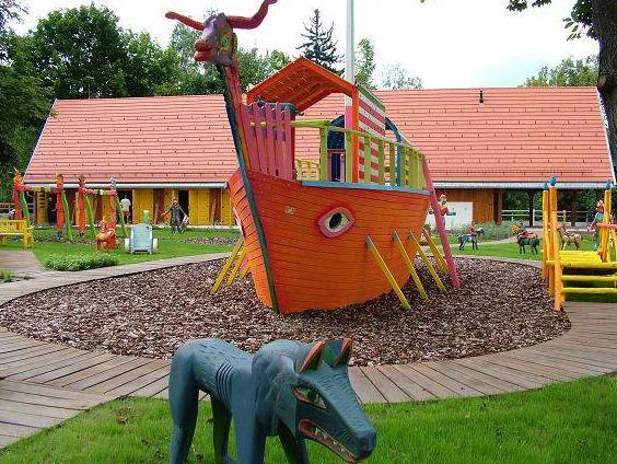 Visegrád - A Várhegy aljában áll a Mátyás király játszótér, országunk egyik leghíresebb gyerekparkja. Díszes egyenruhába öltözött vitézek által őrzött kapun léphetünk be, és mesébe illő hangulatú játékokkal, szobrokkal találjuk szembe magunkat. A különleges labirintuson át több különböző játékhoz juthatnak el a gyerkőcök. A játszópark már délután hatkor bezár, ezért érdemes időben érkezni!