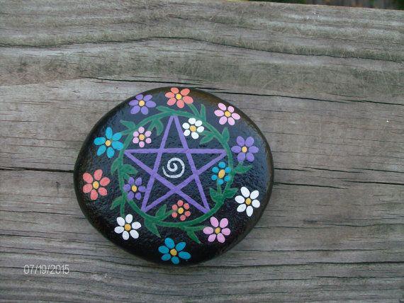 Paars/zwart met bloemen Pentacle Stone Pentagram door RocknGoddess