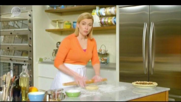 Сначала Анна приготовит классический яблочный пирог из собственноручно сделанного теста. А затем она испечет пирог со смесью свежих и сухих фруктов, пряностями и сиропом.