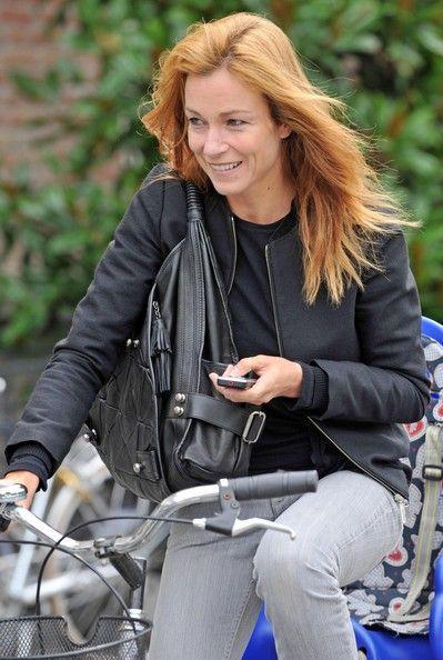 Stefania+Rocca+Spotted+Riding+Bicycle+Venice+XnWpW0Xv5pZl.jpg (399×594)