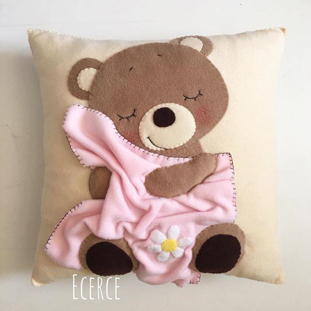 Uyku yastığı #keçe #felt #feltro #fieltro #yastik #takiyastigi #polatyastik #ecerce #tasarim #babyroom #babyroomdecor #elyapimi #handmade #hediye #babyshower #bebekodasi #baby #babygirl #bear #feltbear #bearlove #sleepingbear #sleepingfriends #hosgeldinbebek #dogumhediyesi #craft #feltcraft #uykuarkadasi