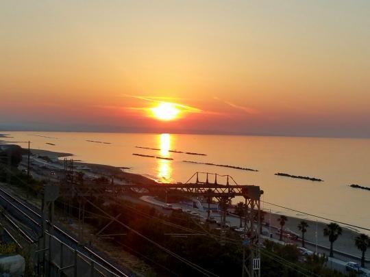 Domenica di sole, spiaggia e tramonto mozzafiato: città piena - Primonumero.it