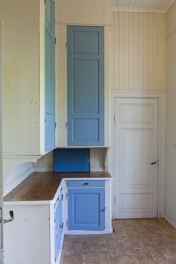 Man kanske kan måla köksluckor i samma färg som kökssoffan.. Bilder: Björkudden, Vaxholm | Sjönära