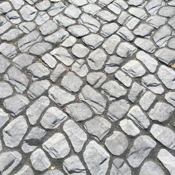 Louhikivi saumattuna mustalla Grepur sauma-aineella http://www.rudus.fi/pihakivet
