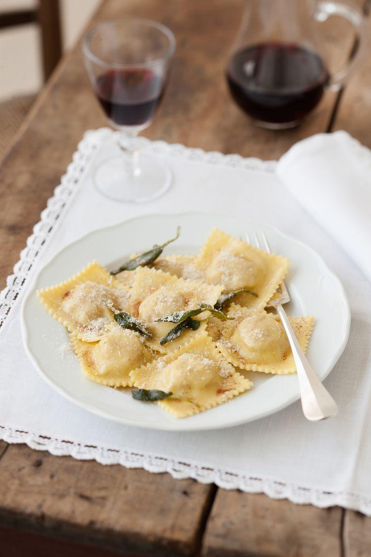 Scopri come cucinare i tortelli di zucca della tradizione italiana. Guarda gli ingredienti e la preparazione su Sale&Pepe.