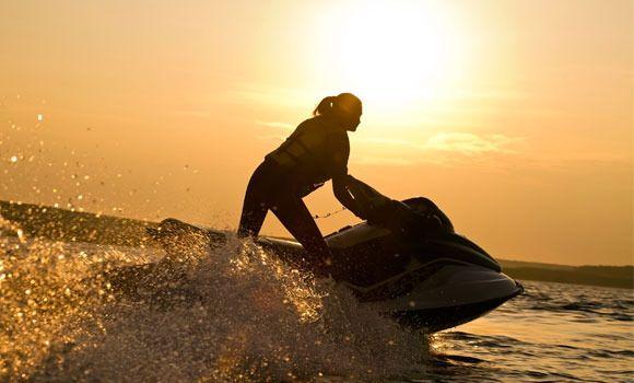 Pasa un rato divertido en el mar con las motos de agua en #Menorca.