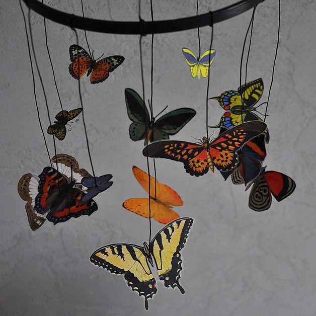 **Kolorowa karuzela z wielobarwnymi motylami wykonana zgodnie z zasadami metody Montessori.**  Motyle są **szóstą z serii karuzel Montessori** (obok wariantu z wielorybami), którą prezentuje się...