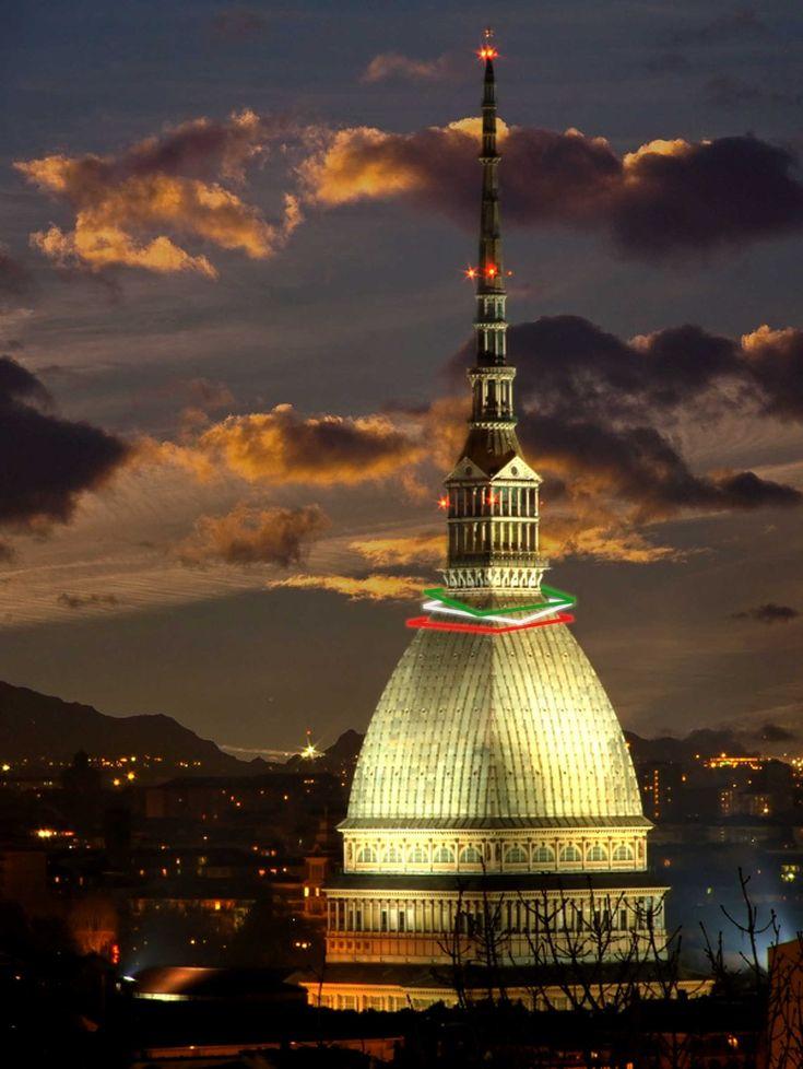 """Per la Notte Tricolore la Mole si fa bella e Torino si veste di """"Luci d'Artista"""". Piemonte"""