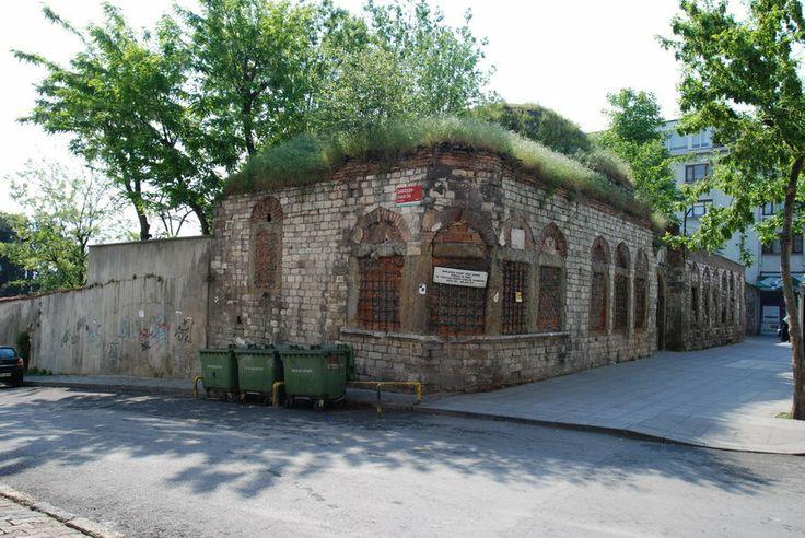 Hala gitmediniz mi? İstanbul'daki tarihi müzeler...Türbeler Müzesi:  Bu kanunun ardından 16 Eylül 1925 günlü kararname ile bu tür yapılarda bulunan tarih, sanat tarihi ve etnoğrafya yönünden değerli eşyaların müzelerde toplanacağı belirtilmiştir.