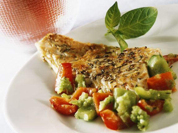 Paprikagemüse und Seehecht ist ein Rezept mit frischen Zutaten aus der Kategorie Meerwasserfisch. Probieren Sie dieses und weitere Rezepte von EAT SMARTER!