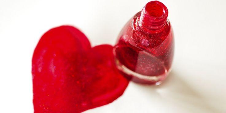 Wie regelmatig rode nagellak draagt, weet wat er gebeurt als je de lak er weer afhaalt. Dan houd je lichtroze nagels en rode nagelriemen over. Niet met dit simpele, maar effectieve trucje, gevonden op nsmbl.nl. Dit heb je nodig: een oude tandenborstel, een tube tandpasta (whitening), een handdoek en een bakje met water. Zo werkt…