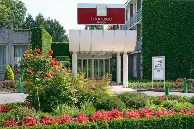 Leonardo Hotel Brugge is een gastvrij driesterrenhotel net buiten het centrum van Brugge. Het hotel is landelijk gelegen op ca. 4 km van het centrum. Niet ver van het hotel ligt de doorgaande weg naar het centrum en Plopsaland ligt op ca. een half uur rijden.    Het hotel beschikt over een receptie met kluisje, lounge, internetpunt (tegen betaling), verwarmd openluchtzwembad, tafeltennis en een lift.    Voor eten en drinken kun je gebruikmaken van de gezellige bar.  Officiële categorie ***