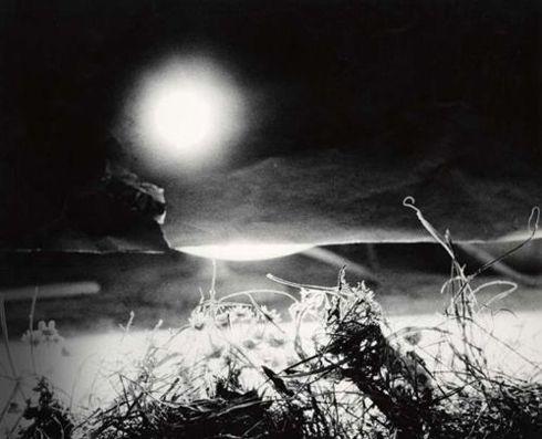 Giacomelli, lune à la fenêtre,copyright Photology, Milan-Mario Giacomelli