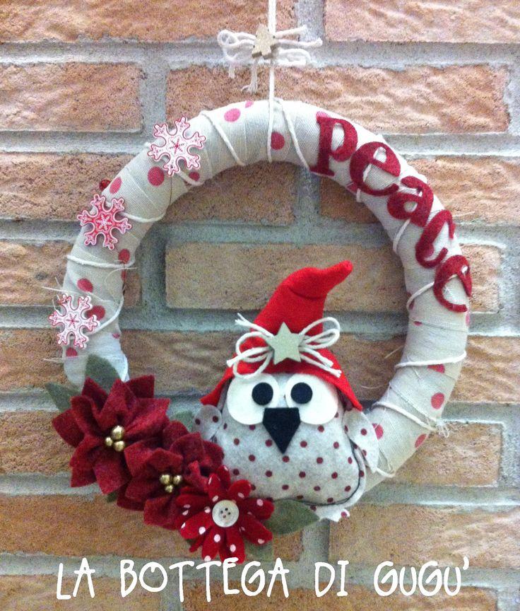 """Cucito creativo de La Bottega di Gugù - Ghirlanda fuoriporta natalizia con gufetto di feltro, stelle di Natale e scritta """"Peace"""""""