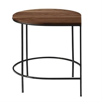 Stilla bord från danska AYTM har en enkel och minimalistisk design med lyxiga material och trendsäker form. Bordet är konstruerat med ett underrede i svartlackerat järn och finns tillgängligt med olika typer ab bordsskivor. Det lilla bordet passar utmärkt som ett sidobord eller varför inte som ett soffbord