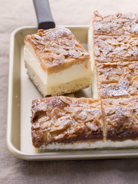 La Bienenstich è una torta della cucina tedesca composta da un impasto soffice, crema diplomatica e uno strato di caramello alle mandorle.
