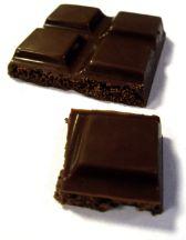 Il cioccolato è amico della salute e non fa ingrassare. A dirlo è uno studio condotto presso l'Università di Granada, in Spagna. Conclusione soprendente della ricerca: al crescere dei consumi di cioccolato diminuiscono i grassi totali distribuiti sul corpo, in particolare sull'addome, indipendentemente dall'attività fisica svolta e dalla dieta.
