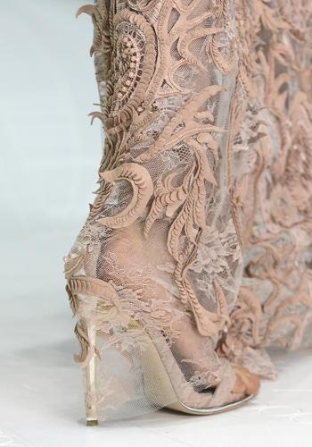 La gonna di chiffon broccato lunga esattamente fino a terra avvolge lo stiletto con stile.    Just Cavalli, sfilata primavera-estate 2013