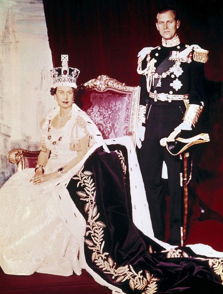 Žena jednoho muže, jediný muž jedné ženy. Jestli je co královně závidět, tak její absolutně neotřesitelné manželství s princem Filipem Řeckým. Celý svůj život musí stát jeden krok za svou ženou.